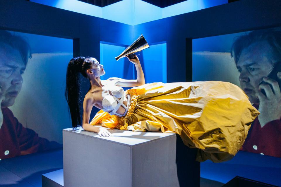 Jongere Carrières: Nineties Productions met elektro opera over Merkel